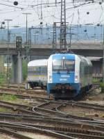 BR 183/4045/183-004-mit-alex-wagen-im 183 004 mit Alex Wagen im Gleisvorfeld des Regensburger Hbf, 19.05.2008.